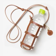 ベジタブルタンニンレザーを使ったボトルホルダー。500mlのペットボトルに丁度いいサイズです。登山や野外ライブイベントなど、アウトドアで活躍するアイテムです。
