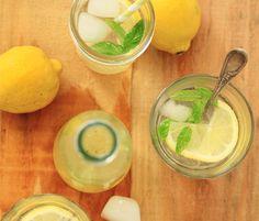 Citronnade maison, citron / combava // Homemade lemonade lemon and kaffir lime Cooking Tips, Cooking Recipes, Cocktails, Drinks, Liqueur, Detox, Appetizers, Ethnic Recipes, Desserts
