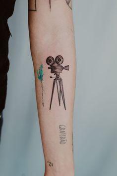 Tatuagem fine line câmera de película de cinema - Duvida - Colorindo o mundo tattoo em Caruaru