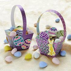 deux paniers à œufs pour Pâques en papier décoratif remplis d'oeufs