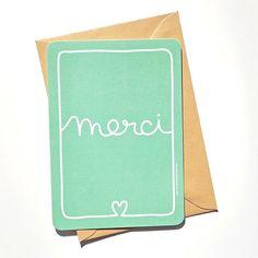 <p>Carte à message Merci aux coins arrondis, pour remercier avec style et simplicité, design Studio Jolis mômes, verso blanc pour laisser votre message, livrée avec une enveloppe . On aime son graphisme pur et son doux message.</p> <p><em><em><br /></em></em></p>