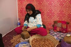 Local woman working on hand extracting oil from the nuts The Husk, Green Fruit, Local Women, Things To Come, Good Things, Argan Oil, Coming Out, Goats, Morocco