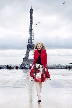 dove cameron a la tour Eiffel