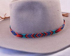 Beaded Hatband in Black, Reds, Blues on a Turquoise Background. Great for Cowboy Hats and Panama Straw Hats. Loom Bracelet Patterns, Beaded Earrings Patterns, Bead Loom Bracelets, Bracelet Designs, O Cowboy, Cowboy Hats, Beaded Hat Bands, Beaded Belts, Stem Challenge