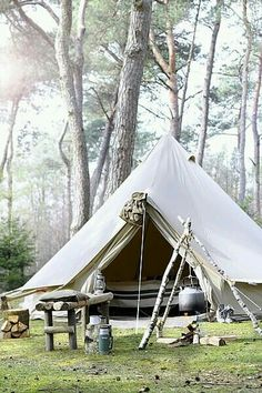 Ah, the art of glamping. Combining chic ideas with the outdoors, glamping is a way to have fun and be comfortable. Not quite camping yet not quite a s. Zelt Camping, Camping Glamping, Camping And Hiking, Camping Life, Family Camping, Camping Hacks, Outdoor Camping, Camping Outdoors, Bell Tent Camping