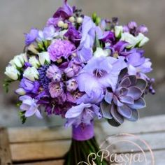 Bukiet ślubny z fioletowych kwiatów