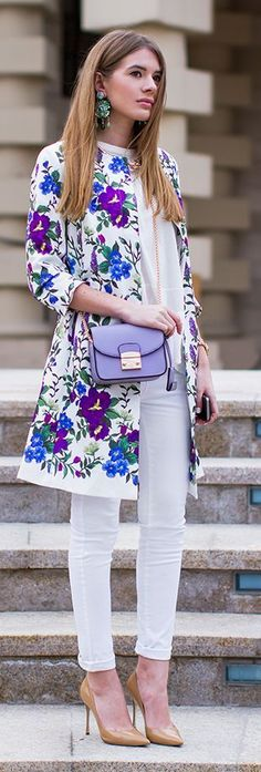 Flowered coat. White trousers. Stilettos. Streetstyle. Woman.