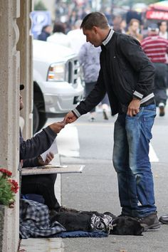 Tom Hardy Photos Photos - UK actor Tom Hardy shows his big heart by signing an autograph and giving a beggar on the street five dollars in downtown Vancouver, BC Canada. - Tom Hardy in Vancouver
