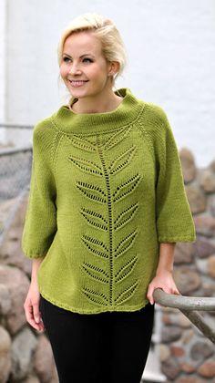 Den smarte sweater med A-facon, høj krave og trekvartlange ærmer har den smukkeste bladbort i hulmønster midtfor og midt bag.