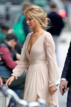 Here She Comes! Jennifer Lawrence Kicks Off Wedding Festivities With a Glamorous NYC Party, . - Here She Comes! Jennifer Lawrence Kicks Off Wedding Festivities With a Glamorous NYC Party 🐶Litt - Pelo Jennifer Lawrence, Jennifer Lawrence Fashion, Blonde Hair Jennifer Lawrence, Jennifer Lawrence Hairstyles, Jennifer Lawrence Engaged, Jennifer Lawrence Movies, Jennifer Laurence, Engagement Party Dresses, Glamour
