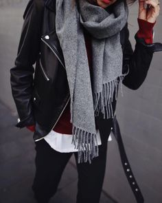 Parisian style winter chic outfit with gray scarf. Schickes Winteroutfit im Pariser Stil, schl. Trendy Fall Outfits, Chic Winter Outfits, Classic Outfits, Casual Outfits, Winter Scarf Outfit, Winter Chic, Winter Mode, Winter Style, Fall Winter