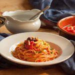 Spaghetti alla Puttanesca - Spaghetti nach Art der Freudenmädchen Pasta Puttanesca, Spaghetti, Ethnic Recipes, Food, Art, Al Dente, Stuffed Pasta, Olives, Kochen
