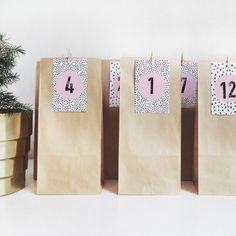 Adventskalender Tüten mit wunderschönen Zahlen auf gemustertem Hintergrund.