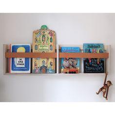 SkabRums magasinholder i birkekrydsfinér og kernelæder kommer i to størrelser. Den passer perfekt til dagens avis, laptoppen og dine favoritmagasiner. #magazine #books #magazinerack #rack #leather #birch #danishdesign #design #minalistic #magasinholder #bolig #opbevaring #interior