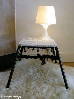 Zwart/ wit tafeltje met gehaakte accenten en lamp Table Lamp, Decor, Furniture, Table, Home, Entryway Tables, Recycling, Recycle Design, Home Decor