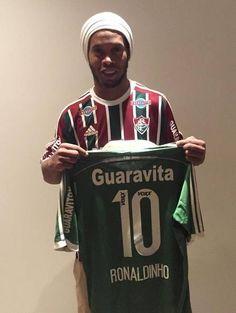 Ronaldinho Gaúcho assina com o Fluminense até o fim de 2016 e já veste a camisa