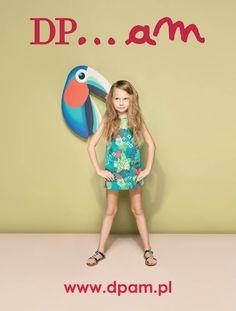 """Barwna i egzotyczna kolekcja """"Jungle"""" już w naszych sklepach, a w niej: mocno wzorzyste sukienki, dwustronne, falbaniaste spódnice oraz spodenki i bojówki w intensywnych kolorach. Bluzki, t-shirty i topy z egzotycznymi ptakami, tropikalnymi kwiatami i dzikimi zwierzętami to najważniejsze cechy tej kolekcji. Zapraszamy!"""