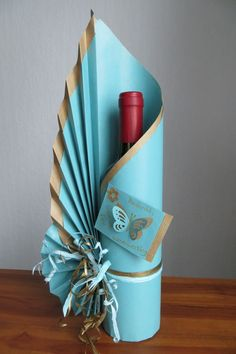 Signature bottle gift wrapping by Neelam Meetcha – The Gift Wrapping Expert Wine Bottle Gift, Wine Bottle Crafts, Wine Bottle Wrapping, Wrapped Wine Bottles, Diy And Crafts, Paper Crafts, Gift Bags, Projects To Try, Wraps