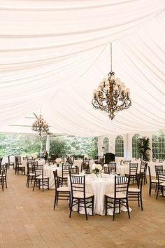 decoração feita sob tenda de casamento
