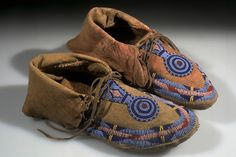 Full Image and Description Native American Moccasins, Native American Clothing, Native American Artifacts, Native American Beadwork, Native American History, Native American Indians, Blackfoot Indian, Native Indian, Moccasins Outfit
