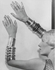 * Suzy Solidor bracelets Chanel photo Man Ray 1932 Compagne d'Yvonne de Bremond d'Ars, se tourne vers la chanson en 1929 devient parallèlement l'égérie des photographes des magazines de mode et des peintres, sa silhouette sculpturale inspirant plus de 200 d'entre eux (1900-1983)