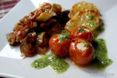 Η συνταγή του μπριάμ είναι η αποθέωση της απλότητας και σας την έχω δώσει στο παρελθόν. Στην πραγματικότητα δεν χρειάζεται καν συνταγή, τόσο εύκολο είναι. Μια ποικιλία καλοκαιρινών λαχανικών με φρέσκια ντομάτα και ελαιόλαδο ψημένα στο φούρνο. Βέβαια στην απλότητά του κρύβεται και η δυσκολία του. Στις μικρές λεπτομέρειες που μπορούν να χτίσουν ή να γκρεμίσουν την νοστιμιά του. Όπως, να μην «κολυμπάει» στο νερό ή στο λάδι, να μην λιώσουν τα λαχανικά αλλά να είναι σωστά μελωμένα, ακόμη και το πό... Briam, Mediterranean Recipes, Greek Recipes, Baked Potato, Food Porn, Easy Meals, Food And Drink, Yummy Food, Stuffed Peppers