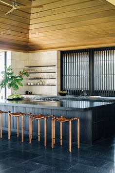 outdoor kitchen Contemporary Modern Patio: Outdoor bar area with copper stools and black countertop. Kitchen Bar Design, Kitchen Styling, Kitchen Decor, Kitchen Ideas, Hawaiian Homes, Hawaiian Decor, Contemporary Modern Patio, Mid-century Modern, Surf House