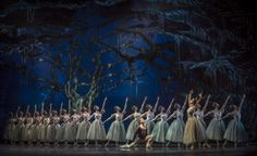 Giselle. Ballet de Santiago. Luis Ortigoza (Albrecht) y Camila Aranda (Myrtha). Foto: Patricio Melo