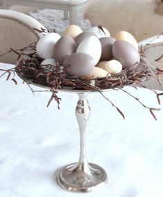 simple and minimalist easter egg display. Create this neutral palette for your easter table decoration. Hoppy Easter, Easter Eggs, Diy Osterschmuck, Fun Diy, Deco Restaurant, Easter Table Decorations, Home Decoration, Easter Celebration, Easter Holidays