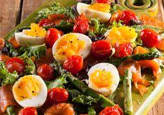 Salmon, egg and asparagus salad Kos, Hawaiian Dishes, Salmon Eggs, Curry Noodles, Asparagus Salad, High Tea, Pasta Dishes, Cobb Salad, Macaroni