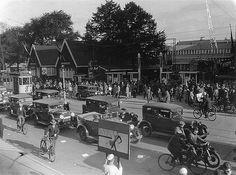 1931. Drukte op het Vredenburg. Op de achtergrond de Jaarbeurs noodgebouwen