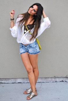 Sorrindo,natural e pernas entrelaçadas