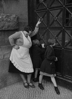 Schaulustige: Der Zoo gehörte in den zwanziger und dreißiger Jahren zu den Hauptattraktionen im Freizeitleben der Berliner. Die Frau und die Mädchen warten 1932 am Eingang auf Einlass.
