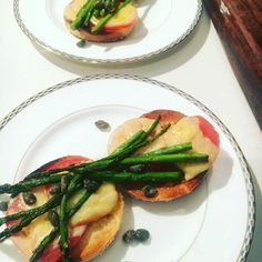 Lunchtime and sunshine - yay - spring brings local asparagus and I can't get enough of it 💋 Nut Free, Dairy Free, Holiday Recipes, Dinner Recipes, Thanksgiving Food, Avocado Egg, Lunch Time, Recipe Box, Family Meals