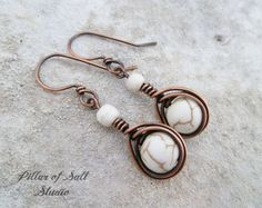 Alambre envueltos pendientes / hecho a mano joyería de cobre / tierra blanco piedras magnesita abrigo de espiga cuelga los pendientes / / joyería de alambre