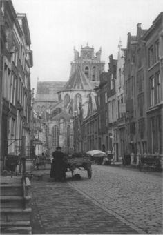 28 - In de buurt van de Grote kerk ( Vroeger Groote kerkbuurt.)