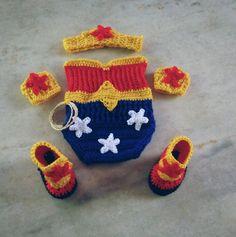 Conjunto confeccionado em fio antialérgico próprio para bebê Composição - body, botas,braceletes e tiara Cor - azul royal,vermelho e amarelo ouro Tamanhos RN/ 1 a 3/ 3 a 6 meses