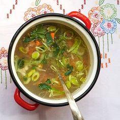 Voor deze heerlijke soep bak je de groenten licht aan voor je er bouillon bij doet, zo karamelliseren de groenten een beetje. #soep #groente #JumboSupermarkten