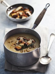 Cream of potato soup with roasted mushrooms//