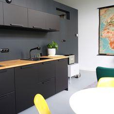 Black Ikea Kitchen, Black Kitchens, Cool Kitchens, Kitchen Colors, Kitchen Decor, Minimalist Kitchen, Ikea Hack, Interior Design Kitchen, Living Spaces
