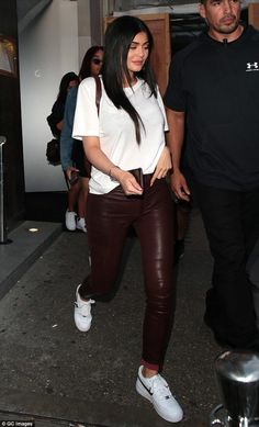 Kylie Jenner wears skintight leather trousers in London - Date night: Since their meet up in Coachella, the duo have been inseparable - Kardashian Kollection, Khloe Kardashian, Estilo Kardashian, Robert Kardashian, Kendall And Kylie, Look Kylie Jenner, Kylie Jenner Outfits, Kyle Jenner, Star Fashion