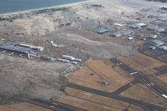 津波に飲まれる仙台空港(海上保安庁提供、航空機MH906撮影)(2011年03月11日) 【時事通信社】