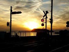 江ノ電は休日のデートに人気の高いスポット。とくに今の時期では、夏ならではの開放的な雰囲気に海の景色、夕暮れ時には綺麗な夕陽でロマンチックな気分になれちゃいます。沿線にはお洒落なショップも豊富で魅力が満載。江ノ電でおすすめのお散歩コースをご紹介します。