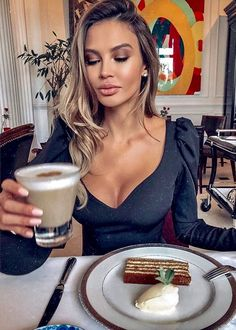 21 Day Smoothie Diet For Rapid Weight Loss, Increased Energy And Improved Health. Sexy Coffee, Coffee Girl, Coffee Lovers, Good Morning Coffee, Coffee Break, Coffee Drinks, Coffee Cups, Café Sexy, Workout Tops For Women