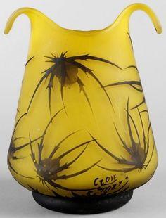 Verrerie de CROISMARE (1925-1934), vase piriforme sur talon à pointes étirées à chaud. Epreuve de tirage industriel réalisée en verre marron foncé sur fond vert. Décor de chardons gravé en camée à l'acide. Signé. Hauteur : 14 cm. Largeur : 10 cm.