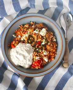 The Good Life abendessen Griekse orzo met kip, feta en tzatziki - ENJOY! The Good Life Greek Recipes, Veggie Recipes, Vegetarian Recipes, Dinner Recipes, Healthy Recipes, Feta, Healthy Diners, Tapas, Tzatziki