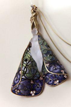 Pendant with chain. Rene Lalique (1860-1945) Circa 1900. Gold, enamel, diamonds.