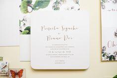 Convite de casamento moderno com estampa floral botânica no forro do envelope. Impressão em serigrafia, tamanho 18x18cm, papel markatto concetto bianco 250
