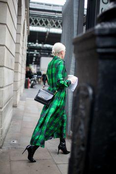 オーバーサイズなウエアがパンクの主役 2017年春夏ロンドン・ファッション・ウイーク ストリートスナップ | WWD JAPAN.com