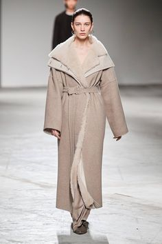 Agnona Fall 2020 Ready-to-Wear Fashion Show - Vogue Casual Fashion Trends, 2020 Fashion Trends, Fashion Brands, Winter Fashion Casual, Women's Summer Fashion, Autumn Winter Fashion, Vogue Paris, Formal Coat, Edgy Chic